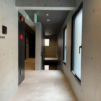 共用部】廊下はコンクリでCoolな印象