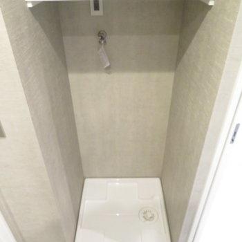 洗濯機置き場の上部には棚が