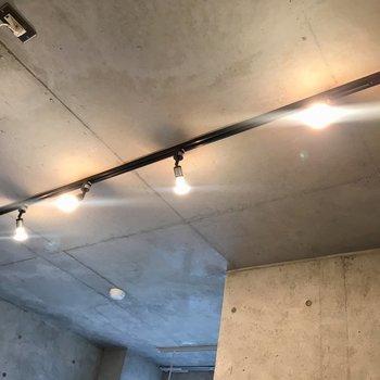 照明はスポットライトでした〜いい感じ。※写真は10階の同間取り別部屋のものです