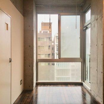 居室に入ると…西向きの窓が。※写真は10階の同間取り別部屋のものです