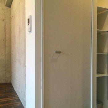 クローゼットは玄関横に。※写真は10階の同間取り別部屋のものです