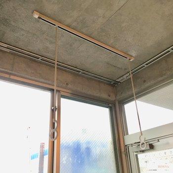 窓際に室内干しできます。※写真は10階の同間取り別部屋のものです