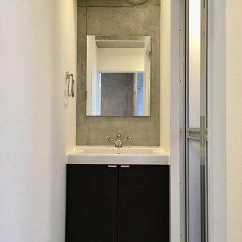 入って正面に洗面台。ココにもダクトが。※写真は10階の同間取り別部屋のものです