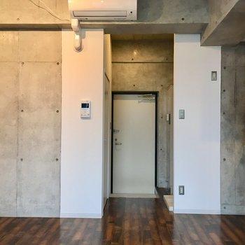 窓側から見ると。エアコン付いてます。※写真は10階の同間取り別部屋のものです