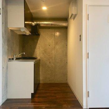 入って左を向くとキッチン。キッチン後ろゆったり。※写真は10階の同間取り別部屋のものです