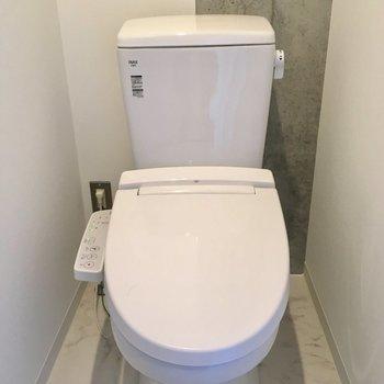 入って右にトイレ。ウォシュレット付きです。※写真は10階の同間取り別部屋のものです