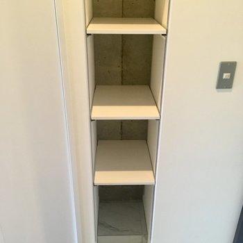 玄関左にはシューズボックス。むき出しタイプです。※写真は10階の同間取り別部屋のものです