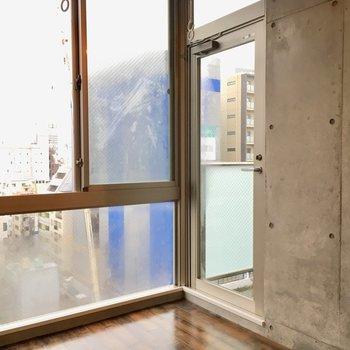 バルコニーはこのドアを出ます。※写真は10階の同間取り別部屋のものです