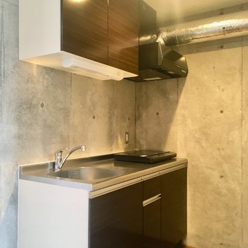 先ほど見えていたキッチンへ。シルバーのダクトがシャレてる。※写真は10階の同間取り別部屋のものです