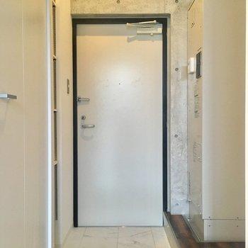 玄関周りへ。右に電気温水器が鎮座しています。※写真は10階の同間取り別部屋のものです