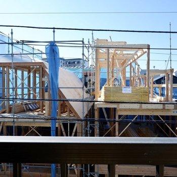 眺望は向かいの建物と青空。