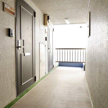玄関前共用部。光の入るシンプルなスペースです。