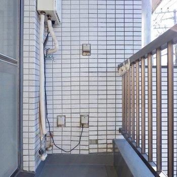 開放的なベランダには洗濯機置き場があります。衣服を干すのがスムーズになりますね。
