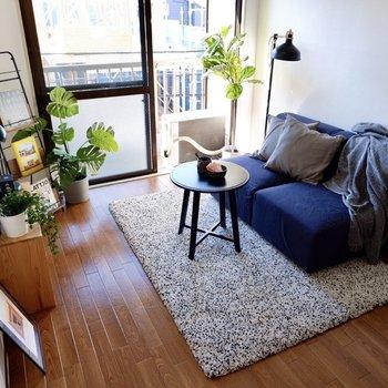 ベッドやソファは窓際寄せて、自然光で明るく過ごしたい。