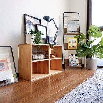 テレビデッキはナチュラルな木材がいい感じかも。サラッとグリーンも添えてみて。