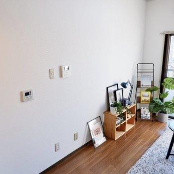 こちらの壁にテレビや電子機器を揃えると、配線もスマートに行えそう。