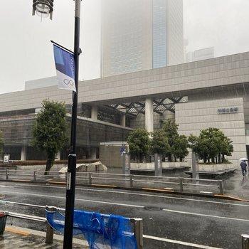 駅周辺に新国立劇場もあります。
