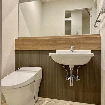 トイレと洗面台はお隣さん。ワイドな鏡が嬉しいですね。
