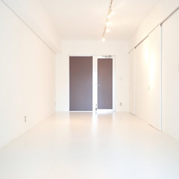 天井には長~いライティングレールが。(※写真は4階の同間取り別部屋のものです)