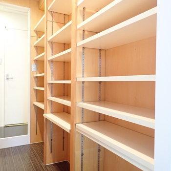 棚はお好みの位置に変えられますよ。(※写真は4階の同間取り別部屋のものです)