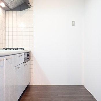 冷蔵庫はうしろに。棚も置けそうです。(※写真は4階の同間取り別部屋のものです)