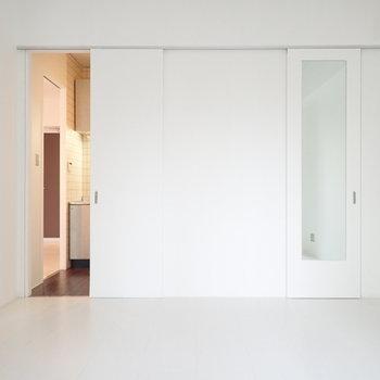 右の扉には鏡がついています。その向こうは収納!でもまずは左のキッチンを見ましょう。(※写真は4階の同間取り別部屋のものです)