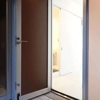 左手にお部屋の扉があります。