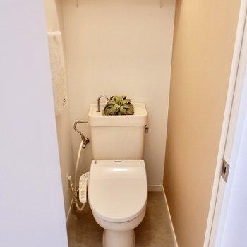お手洗いは温水洗浄便座付きです。