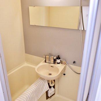 ブルーグレーの壁材が素敵な浴室。
