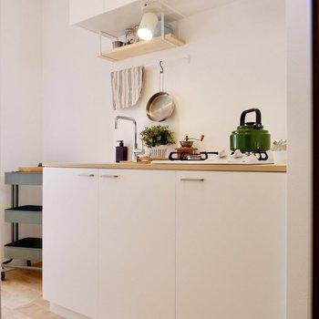 ホワイトのガーリーで清潔感あるキッチン。
