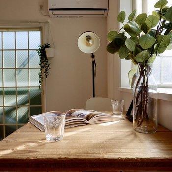 窓際にデスクを置いて、ティータイムや午後の読書なんて。