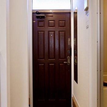 またもやゴシックな雰囲気の玄関ドア。