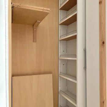 【LDK】こちらは可動式棚で細かく分けて仕舞えます。
