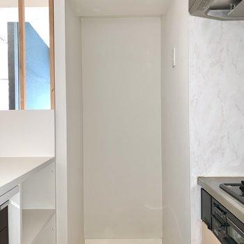 【LDK】冷蔵庫置き場はお隣に。※写真はフラッシュを使用しています