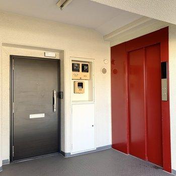 お部屋のすぐ隣はエレベーターです。