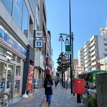 駅までの道にはコンビニや飲食店が立ち並びます。