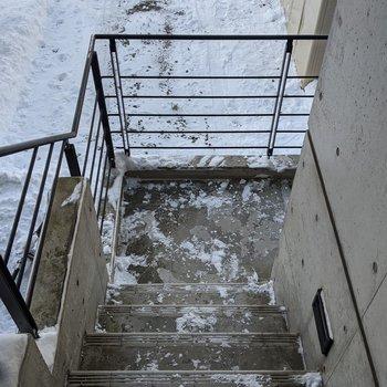 階段は屋外にあります。