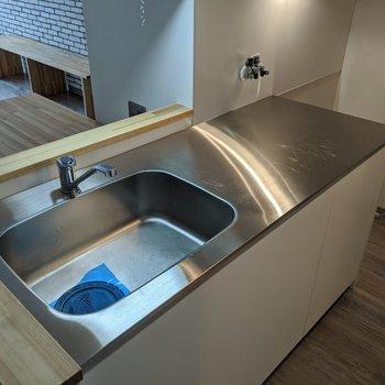横に広さがあるキッチンです。コンロ置き場に段差がないので薄型コンロが良さそうです。