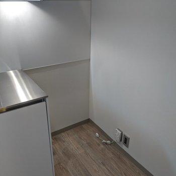 キッチン横に冷蔵庫置き場があります。