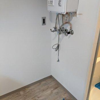 浴室の隣に洗濯機置き場があります。