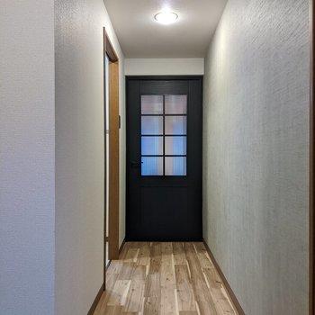 玄関から廊下でリビングにつながっています。