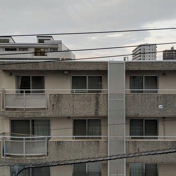 【9帖洋室】窓からの景色。正面は道路を挟んだ向かいの建物です。圧迫感はありません。