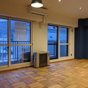 【LDK】南向きの大きな窓が2個もある明るい空間。