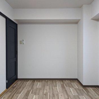 【6帖洋室】仕事部屋やお子様部屋にするのが良さそうです。