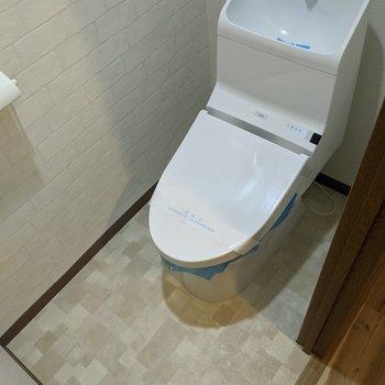 レンガ調のオシャレなクロスのトイレです。
