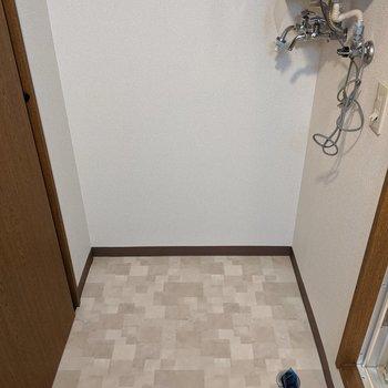 洗面台の向かい側に洗濯機置き場があります。