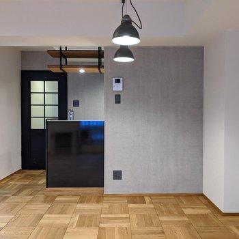 【LDK】キッチンは半開放型です。調理をしながらリビングを覗けます。
