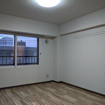 【9帖洋室】窓は北向きです。直射日光は入りにくそうです。