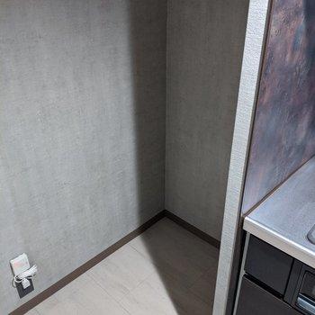 【LDK】キッチン奥に冷蔵庫置場もしっかりとあります。