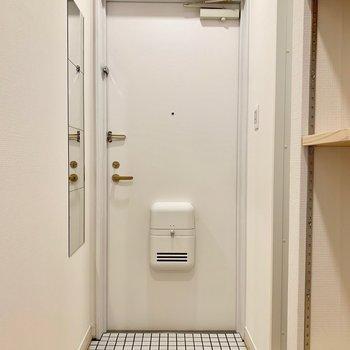 イメージ】白いタイルで玄関も明るい印象へ
